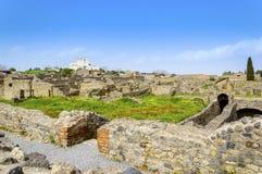 Ruines de Pompeii avec le bâtiment moderne à l'arrière-plan photos libres de droits