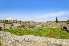 Ruines de Pompeii avec le bâtiment moderne à l'arrière-plan photographie stock