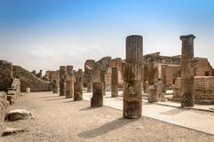 Ruines de Pompeii : colonnes en pierre détruites au site archéologique image stock