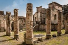Ruines de Pompeii : Le temple d'ISIS reste avec les colonnes antiques photos stock