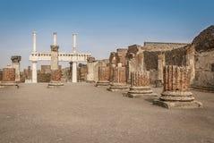 Ruines de Pompeii : restes de la colonnade de forum image stock