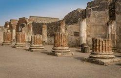 Ruines de Pompeii : restes de la colonnade de forum photos libres de droits