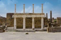 Ruines de Pompeii : restes de la colonnade de forum photo libre de droits