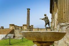 Ruines de Pompeii : Temple d'Apollo avec la statue en bronze d'Apollo photos stock