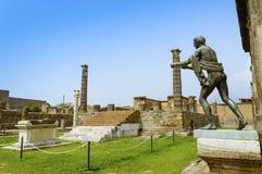 Ruines de Pompeii : Temple d'Apollo avec la statue en bronze d'Apollo photos libres de droits