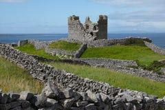 Ruines de tour et de château sur l'île d'Inisheer image stock