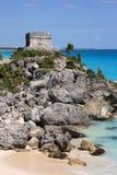 Ruines de Tulum donnant sur les Caraïbe Images stock