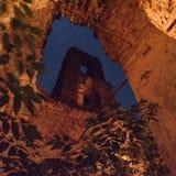 Ruines de vieille église de brique la nuit avec le ciel étoilé vu dans le windo Images libres de droits