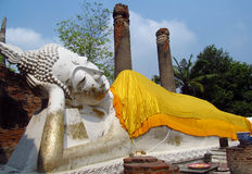 Ruines de ville antique d'Ayutthaya en Thaïlande, statue menteuse de Bouddha Image stock