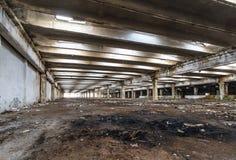 Ruines des bâtiments d'entreprise industrielle abandonnés ou détruits photo stock