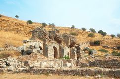 Ruines des fléaux dans la ville antique d'Ephesus Photo libre de droits