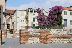 Ruines des murs du réfectoire du palais du ` s de Diocletian parmi Image stock