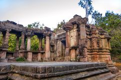 Ruines des temples Jain et de Shiva dans la forêt de polo au Goudjerate, Inde photos libres de droits