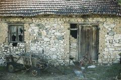 Ruines du bâtiment abandonné de ferme Vieilles ruines de grange Maison en pierre dans le délabrement Architecture et structure Photo libre de droits