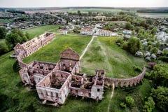 Ruines du château dans la république du Belarus Palais de Ruzhany course de agrandissement en verre de carte de destination photographie stock