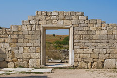 Ruines du mur en pierre avec la porte Photographie stock libre de droits