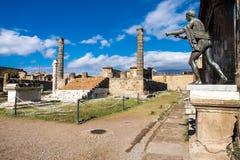 Ruines du temple d'Apollo antique avec la statue en bronze d'Apollo à Pompeii photo libre de droits
