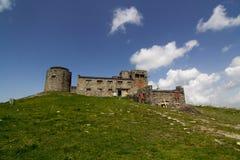 Ruines du vieil observatoire en pierre sur la crête de montagne Pip Ivan images stock