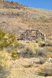 Ruines en pierre abandonnées de maison dans la ville fantôme de désert Photographie stock libre de droits