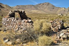 Ruines en pierre abandonnées de maison dans la ville fantôme de désert Image libre de droits