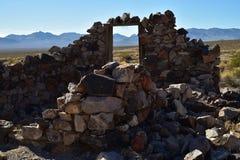 Ruines en pierre abandonnées de maison dans la ville fantôme de désert Images stock