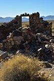 Ruines en pierre abandonnées de maison dans la ville fantôme de désert Photo stock