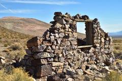 Ruines en pierre abandonnées de maison dans la ville fantôme de désert Photographie stock
