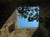 Ruines ensoleillées de château sur la côte adriatique Photographie stock libre de droits