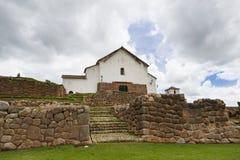 Ruines et église d'Inca dans le village de Chinchero, au Pérou Images stock