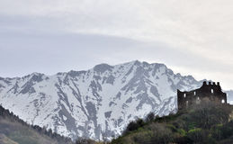 Ruines et montagnes de château de Valcamonica Cimbergo Photo stock