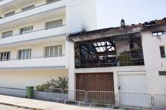 Ruines et restes de l'brûlé en bas de la maison Photos stock