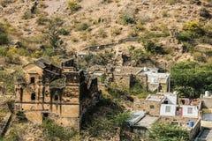 Ruines et un petit règlement indien traditionnel près de fort Amer Fort ambre Image libre de droits