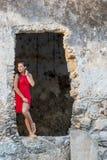Ruines hispaniques de Posing Near Old de modèle de brune images stock
