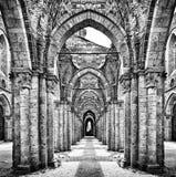 Ruines historiques d'une abbaye abandonnée en noir et blanc Image stock
