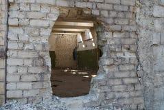 Ruines industrielles établissant le detailsбhole dans le mur de briques photos stock