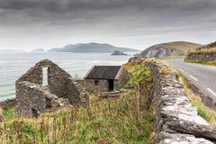 Ruines irlandaises de ferme sur Cliff Road Photographie stock libre de droits