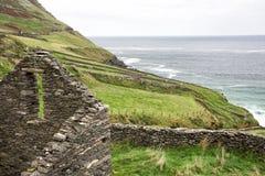 Ruines irlandaises de ferme sur la falaise de montagne Image libre de droits