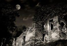 Ruines la nuit avec la lune (sépia) Photographie stock