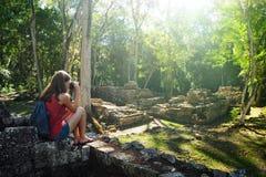 Ruines maya antiques de photographie de voyageuse de femme images stock