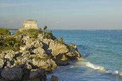 Ruines maya de Viento de del de Templo del Dios de Ruinas de Tulum (ruines de Tulum) dans Quintana Roo, Mexique Les eaux de turqu Image stock