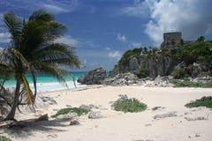 Ruines maya sur la plage Images stock