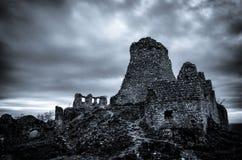Ruines monochromes de château de Turna image libre de droits