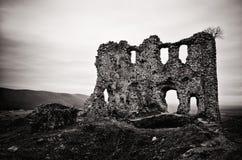 Ruines noires et blanches de ch?teau de Turna photos stock