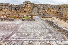 Ruines romaines de Conimbriga Vue de la Chambre du svastika, des mosaïques et du mur défensif Image libre de droits