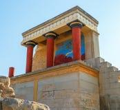 Ruines scéniques de palais de Minoan de Knossos Entrée du nord avec le fresque de taureau Héraklion Île de Crète La Grèce l'europ Photos stock