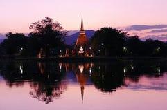 Ruines scéniques de temple antique de vue de beau paysage de Wat Sa Si en parc historique de Sukhothai, Thaïlande au crépuscule images stock