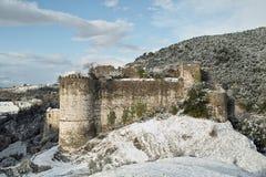 Ruines Snow-covered d'un château antique Photographie stock