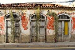Ruinez avec le toit effondré les feuilles de palmier comme décoration Photo libre de droits