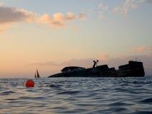 Ruinez le bateau de pêche outre de la côte d'Oahu Photographie stock
