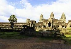 Ruinieren Sie Angkor Wat Tempel mit blauem Himmel in Kambodscha lizenzfreie stockfotografie